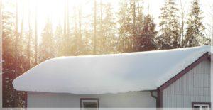 Hustak vid bra isolerad vind. Snötäcket är jämt och fint