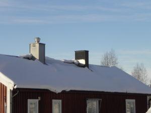 Dålig isolerad vind. Snötäcket har tinat vid taknocken